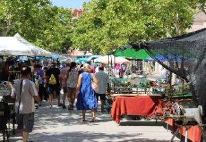 alquiler de bicicletas mallorca-Mercado de Artà puestos de ropa