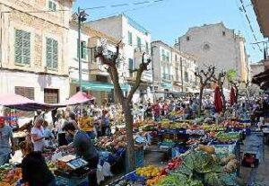 alquiler de bicicletas mallorca-ruta en bicicleta al mercado de manacor puesto de fruta