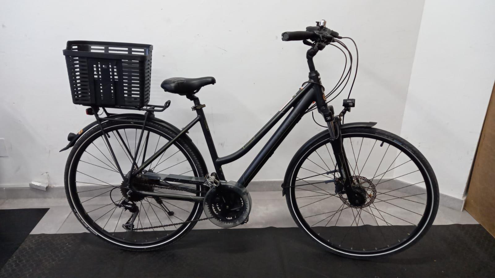 Bicicleta de paseo con cesta de mujer.IMG